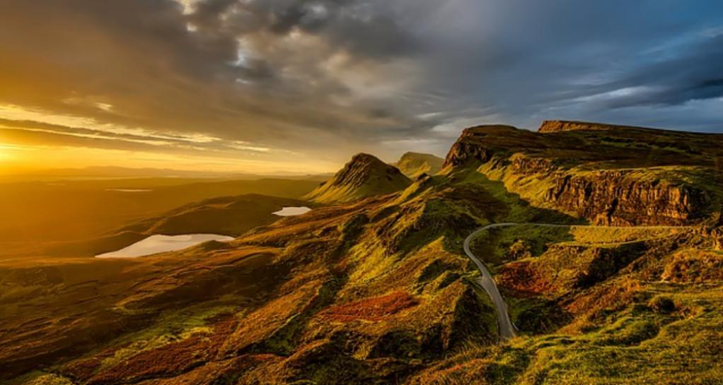 stort flot bjergområde med solskin